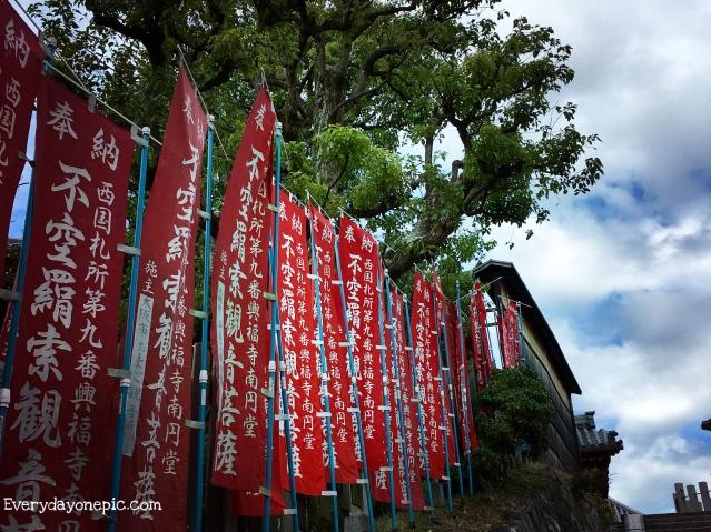 Quelques marches pour arriver au temple