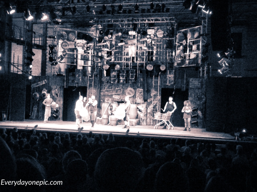 Le band STOMP en représentation à Malte