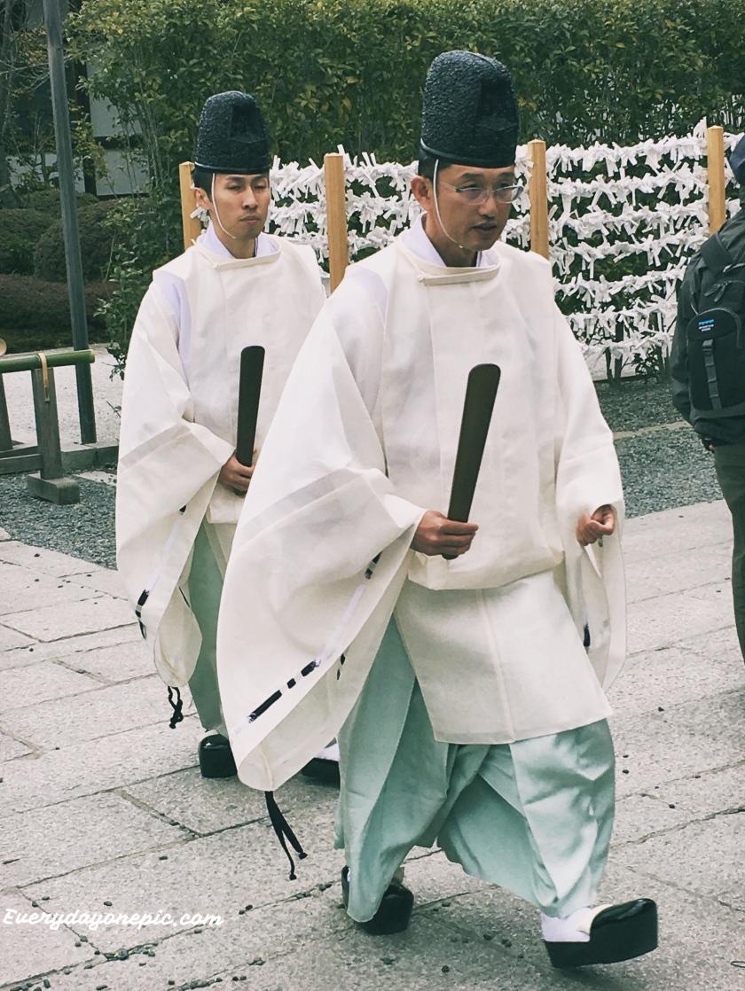 Deux kannushis dans le sanctuaire de Fushimi Inari