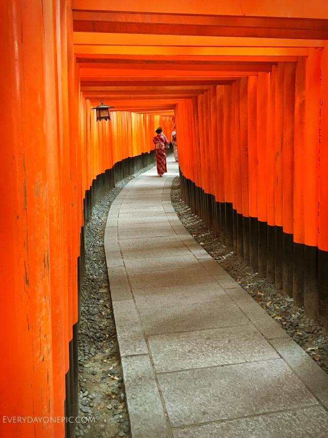 Une femme en kimono est en train de prendre en photo son amie