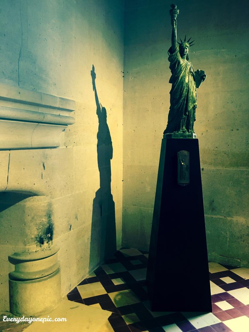 Une réplique format mini de la célèbre Statue de la Liberté