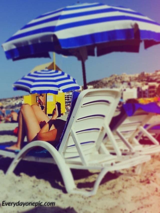 Même à la plage, ça se bute au smartphone